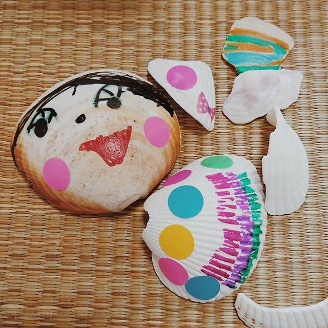夏の思い出。今日は、デコ貝殻作りにはげんでいた長女。貝殻とパンのハッピーセット、思いの外早く実現しそうだ!・娘が店長のパン屋さん、今度の日曜日8/19に1日限定オープンする予定です。「みらまち×みなみあるぷすなつまつり」@ホンダカーズ峡西にて。・他にも、こども店長が考え出したお店やさんがたくさん並ぶそうですよ!うちは、長女が次女を引き連れてお店をオープンします(^_^)v・パンとおもちゃのハッピーセットを100個売る!と張り切ってます!(100個おもちゃ作るのか?!)店の名前決めなくっちゃなー。どんなパンがいいのかなー。娘より私が楽しくなりすぎないように気を付けよう。・売る体験、実は娘たちに、すごくやらせてあげたかったので、この話をいただいた時は、スケジュール的に厳しかったから迷っていたけど、やろう!と決断。どうやって売るのか、売れなかったらどんな工夫をするのか。娘たちが自分たちで考えて、実践して学ぶこと。わたしも一緒に学びたい。#オオトパン#山梨#こどもパン屋#みらまち