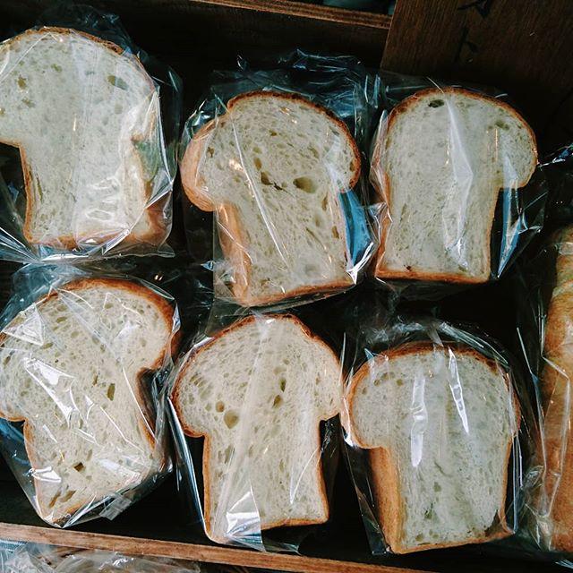 昨日は、金曜日のパン販売初日ありがとうございました。パン4種類とスコーンを焼きました。・久しぶりの定期販売、実はドキドキで、ひっそり始めたく、あまり事前告知をせずに始めました。とにかく勢いがいい人に思われがちな私ですが、人一倍びびり屋でもあります。笑。・特にパンを作ることに関しては慎重。パン屋で働いた経験がなく、現場のルーティーンを学んでいない分、数を多く作るパン作りが上手くない。パン屋の本格的な設備もない。それを自覚しつつ、できる範囲で美味しく焼ける数を焼こう、と思っています。それは、妥協ではなく、自分の力が及ぶ範囲で最大のパフォーマンスをする、という選択です。無理をするとパンは美味しく焼けません。今まで、そういうパンを焼いてしまった時、これは売りたくない、と思いました。・少しずつパワーをつけて、焼ける量も増やしていけたら。よろしくお願いします・パンは、私にとって、名刺であり、顔であり、人に挨拶をする時に手渡す手土産であります。目の前の人と仲良くなるためのアイテム。きびだんごみたいなもんです。そのうち、仲間が増えて鬼退治にでも行けたらいいな。はっはっはっ・対面販売は、毎週金曜日11時から売り切れまで  甲府CAFE&WINE TROLL・通パンは、10月から定期便開始予定。お試し便の予約受付中。プロフィールから、ホームページへどうぞ。#オオトパン#山梨#パン屋#週一パン屋#通パン#予約受付中