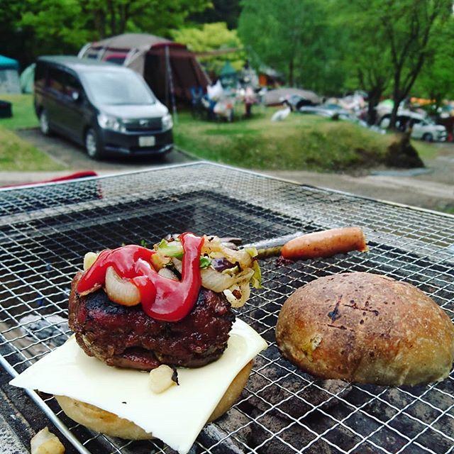【パンキャン2日目・炭火焼きバーガー】キャンプ二日目は、炭火焼きチーズバーガーを作った!ハンバーグを焼き、オニオン、キャベツ、チーズを挟む!・パンがうまいとハンバーガーは旨い。#オオトパン#パン作り#キャンプ#アウトドア#パンとキャンプ#ハンバーガー
