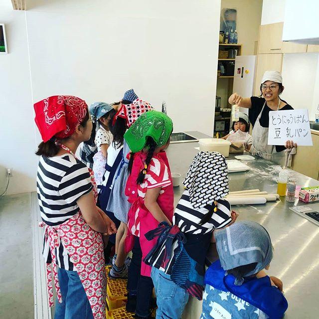 【こどもパン教室終了!】今日はこどもマルシェにて、こどもパン教室開催しました!・初めてのチャレンジでしたが参加してくれた子供たちや親御さんたちに助けられ無事開催できました(^-^)/ ・昨日、ハッと思い付いて、パン作りを絵に書いて説明しました。これかくのが楽しくて、もっとたくさん書きたくなりました!パン作りを紙芝居で説明したい。こどもたちの反応も楽しくて。・わが娘たちも頑張った!最後には先生ポジションを長女に奪われそうになりました!ww結果、そのがんばりと、チラシの絵のイラストダイとして、お給料300円支払いました!仕事しながら娘たちと楽しい思い出が作れて、仕事とはなにかを教えられる。良い1日。 #オオトパン#こどもパン教室#こどもマルシェ