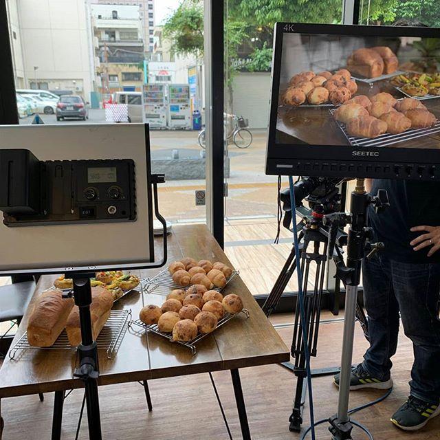 【UTY山梨いまじん  TV出演】6/12(水)18:55~放送・今週取材していただきました。パンたちをきれいに撮っていただき嬉しい限り!山梨に移住してきてパンを焼きながらどんなこと思ってるか話しました。あと、小麦の話とか!・スタッフさんもパンやズクシバターを気に入ってくださり嬉しいです。・今日は早めの完売になってしまいました。生産量見直さなくては。時間帯により種類が少なかったりしてしまい申し訳ないです。また来週がんばります。#オオトパン#山梨いまじん#山梨の小麦