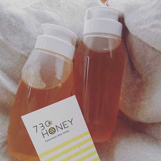 【730HONEY】先日730HONEYの梅さんがはちみつを届けてくれました!・「草取りしてたー!」と作業着姿で笑顔で現れた梅さん(^-^)生産者や素材と距離が近いのは、田舎の特権!! 南アルプスを拠点に養蜂をやってる730HONEYさん。やまなし食べる通信のイベントで知り合い、オオトパンでも使わせてもらうことになりました。「百花蜜」と言って蜂さんが色んな花から蜜を集めてブレンドしてくれた自然のブレンド蜂蜜。その年によって味が違うのは当たり前。それもまたいいなぁと思うのです。・先日まで甘夏クリームチーズに垂らしていた蜂蜜よりも少し濃度が濃く、甘味が強い感じです。・夏はクリームチーズに蜂蜜と凍らしたフルーツとかいれて混ぜ合わせて、パンに塗っても美味しいと思います!冷やしておけば暑い夏も食べやすい!(やろうかなー!) #オオトパン#730honey#はちみつ#非加熱蜂蜜#山梨#パン屋