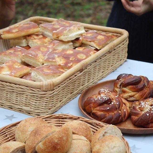 【小麦種まきとランチ】今年もナチュさんと小麦栽培始まりました。今年もユメカオリとナンブコムギ育てます。今日は種まき!大人も子供もワラワラと畑に集まり種まきの後は、新麦のピザとパンに、持ち寄りのスープやおかずの並ぶ外でのゆっくりランチ。食後の外コーヒーまで満喫。パン屋さんに飲食店に、萌木の村のクラムチャウダーと、なんとも贅沢!ナチュの川村さん自作の窯も稼働!その場で伸ばしてピザも作りました。私は、ふすまパンとシナモンロールを。東京時代からお友達だった、長野のカレーとお菓子のお店、「チルクス」のノリさんとも再会できて、嬉しかった!→ナチュさんの小麦を使ったクッキーなど作ってるという偶然から!小麦を栽培する→パンを焼く→食卓に並ぶ→人が集うこんなシンプルな形ですが、そこに流れる時間はとてつもなく贅沢な気がしたのでした。ご参加のみなさん、お疲れ様でしたー!@nachupanya@nachu.komugi@spice.cirkus@ouchipanya @mom_bake_ @yatsugatakebakers